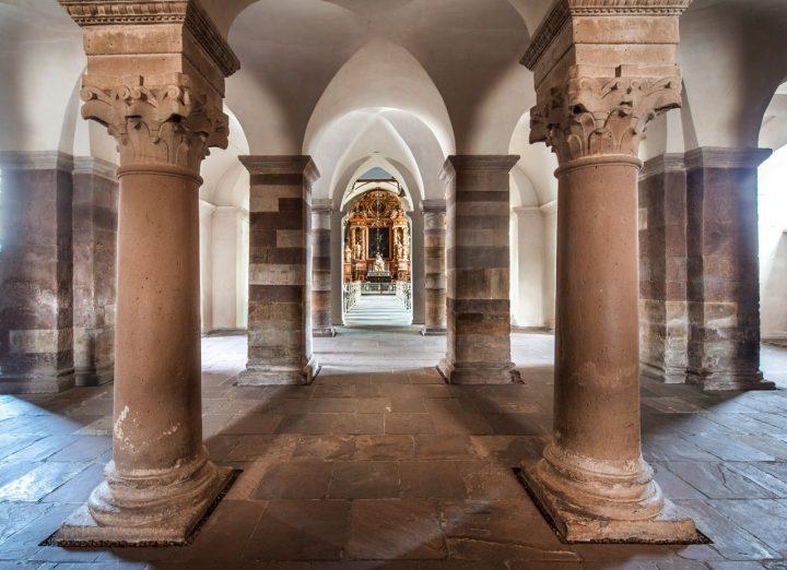 Welterbe Westwerk Corvey · Gewölbe, Säulen und Kapitelle in der Eingangshalle, Blickachse zum Kirchenraum