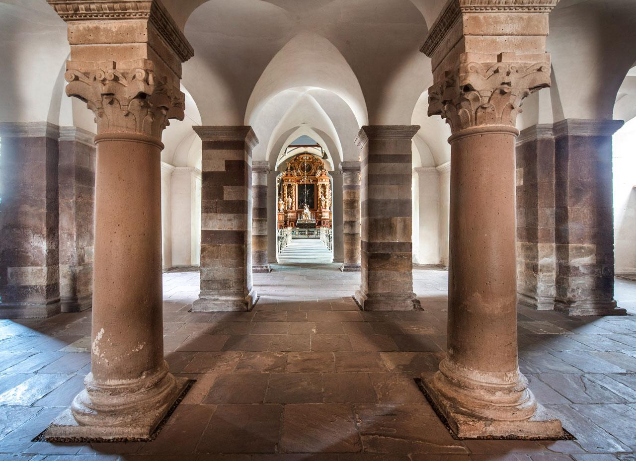 Welterbe Westwerk Corvey · Säulenhalle im Erdgeschoss · Blick in den Kirchenraum