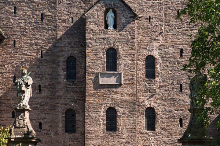 Welterbe Westwerk Corvey · Detail der Westwerk-Fassade mit CIVITAS-Inschrifttafel