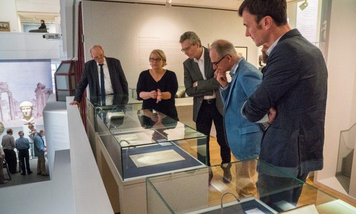 Teilnehmer des internationalen Treffens zur Vernetzung karolingischer Kulturstätten und Kulturgüter beim Rundgang durch die Ausstellung WUNDER ROMs