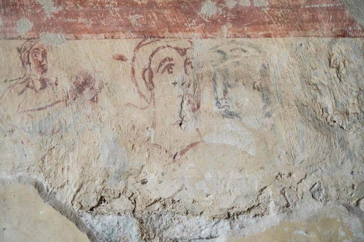 Figurenskizzen unterhalb des figürlichen Frieses im Johannischor