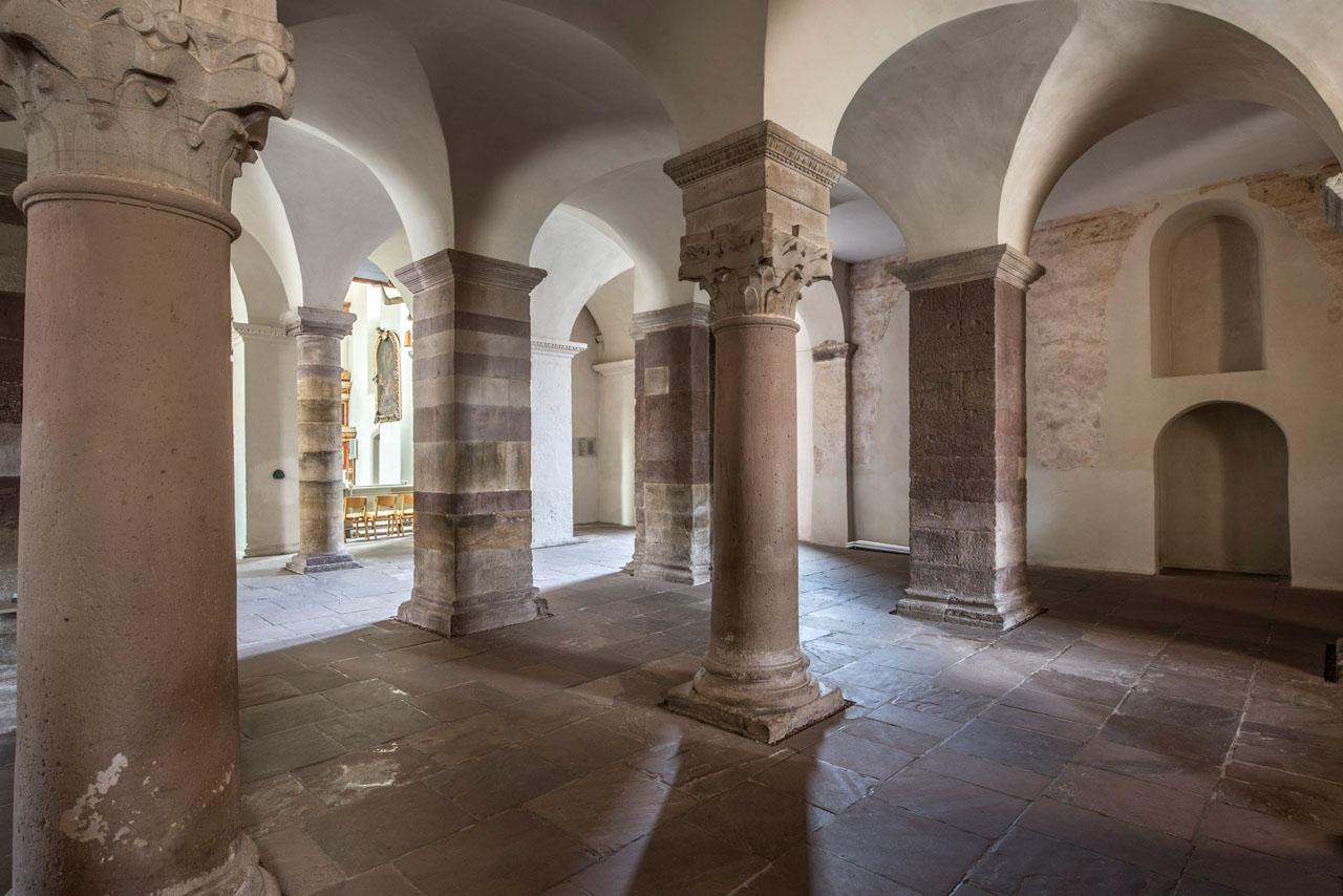 Welterbe Westwerk Corvey · Säulenhalle im Erdgeschoss, Blick auf die Wandmalereifragmente der Südwand